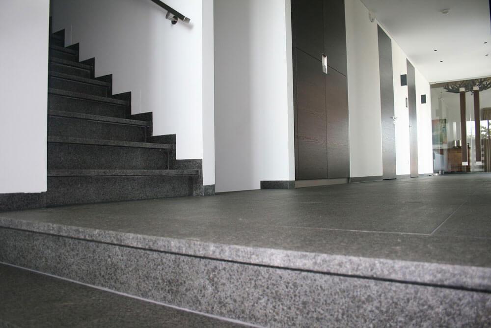Basalt vloertegels - Olivian Black Basalt - Gebrand & Geborsteld (Binnen)